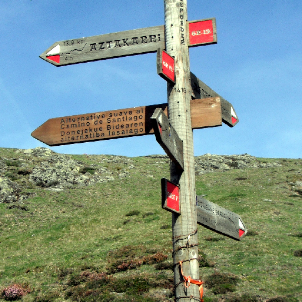 Signpost at Lepoeder. Easier variant to Roncesvalles, by Ibañeta chapel